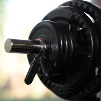 Gewichtschijven aan halter in oefenruimte Fysio 4 Groningen